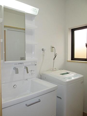 洗面所は白を基調に、明るく衛生的な空間となりました。