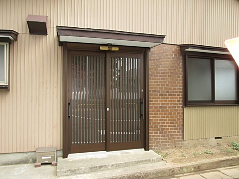 玄関サッシはカバー工法で取り替えました。動きがスムーズに、防犯性もアップしました。