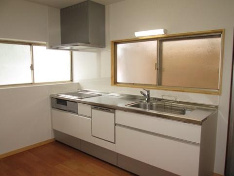キッチンは、ホワイトを基調に明るく仕上げました。IHヒーターと食洗器で使い勝手も良くなっています。