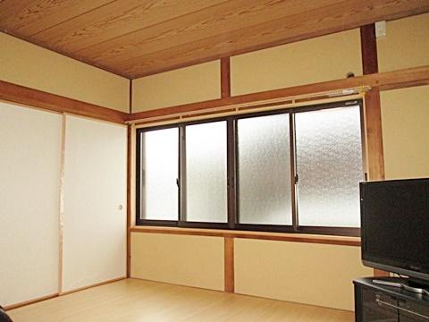 10畳の和室は古い天井板を張り替えました。壁は下地からやり直して、聚楽壁を塗り替えました。床は、使い勝手に合わせ縁甲板に変更しました。建具・サッシとも新品に取替、新築のように綺麗に生まれ変わりました。