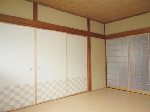 柱や長押等木部のあく抜き後、白木用のワックスを塗りました。以前より明るい和室になりお客様よりご好評頂きました