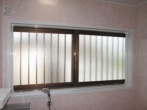 単板ガラスをペアガラスに取り替え浴室の断熱性能をアップします。