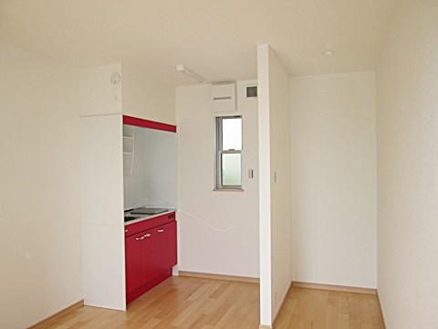赤いキッチンが印象的です。