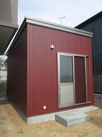 えんじ色の外壁でコンパクトながら存在感のある建物ができました。