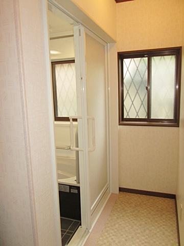 浴室ドア廻りの補修を行いきれいになりました。