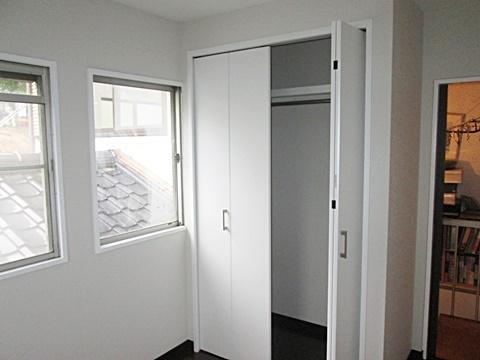 洋室1 ドア横には、クローゼットを新設しました。床と壁のコントラストが効いた今風の部屋になりました。