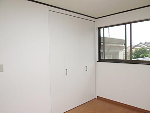 洋室2 完成状況です。大きなクローゼットで収納力抜群です。