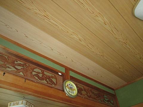 穴の開いた天井板にベニヤ合板を張り、ビニールクロスで仕上げました。