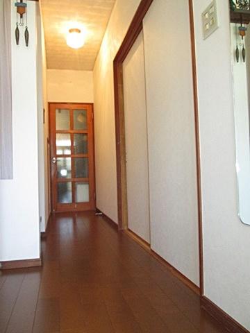 玄関ホールが綺麗に仕上がりました。白い壁紙で明るく感じられます。