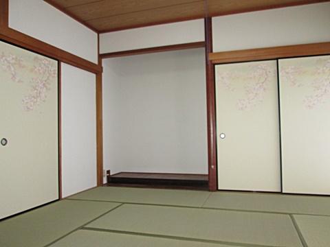 畳の表替えと襖を張り替えました。白い聚楽壁と花柄の襖が以前の和室の印象を一新しています。