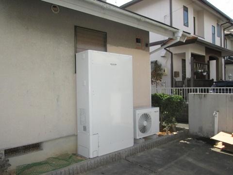 ガス給湯器をエコキュートに取り替えました。設置スペースに合わせ薄型にしています。