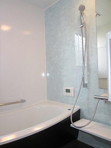 タイル張りの在来の浴室からユニットバスにリフォーム。1616サイズなので十分にくつろいでご入浴頂けます。