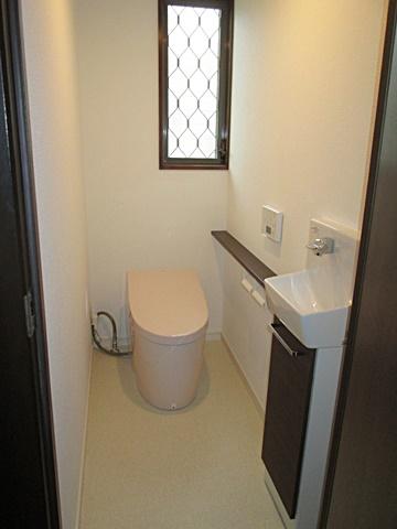 トイレのリフォームは、タンクレストイレとしました。スッキリとした空間となり、手洗を付け使い勝手も良くなっています。