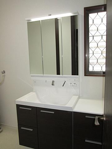 洗面化粧台は、窓部分にサイドキャビネットを置き収納量をアップしています。