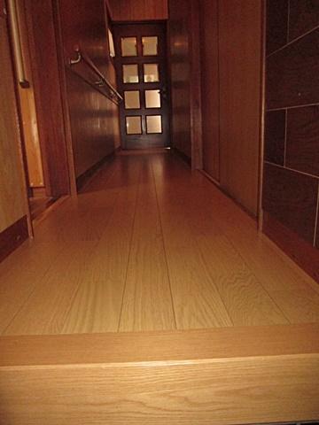 廊下は既設の床板の上にフロアー材を貼って増し貼りをしました。