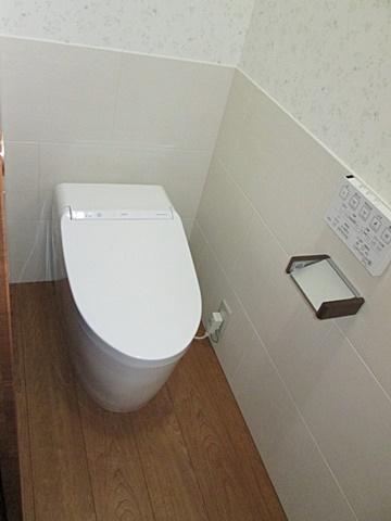 タンクレストイレでスッキリとした納まりです。腰壁には、調湿及び脱臭効果に優れた「エコカラット」を貼り快適な空間にしています。