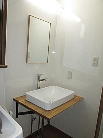 洗面所は、洗面ボールとカウンターのシンプルな組み合わせとなって居ます。