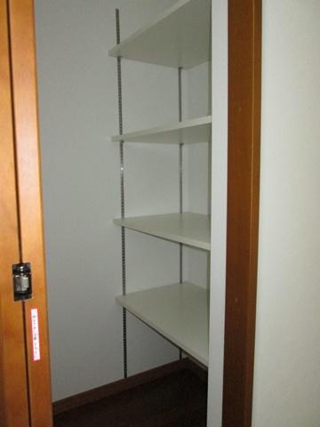 玄関の収納には可動棚を取り付け整理し易くしました。