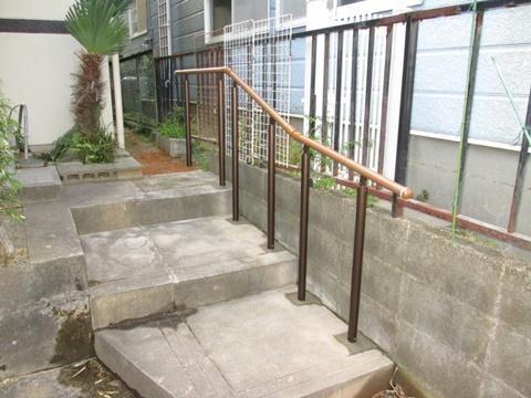 アプローチの階段に手摺を取り付けました。安全に昇り降り出来ます。