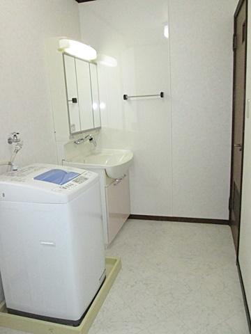 洗面所は、床のクッションフロアーと壁・天井のビニールクロスを貼替えました。