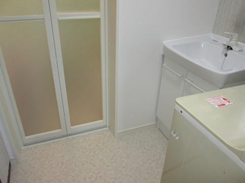 洗面所は、床をクッションフロアーで仕上げました。壁は、1面をクロスで仕上げ明るい印象となりました。洗面化粧台も取替、綺麗で使い易くなりました。