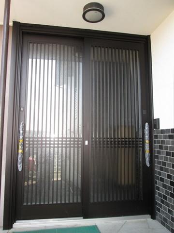 カバー工法で取り替えた玄関サッシは、ランマ無しの大きな扉で豪華な印象の玄関になりました。