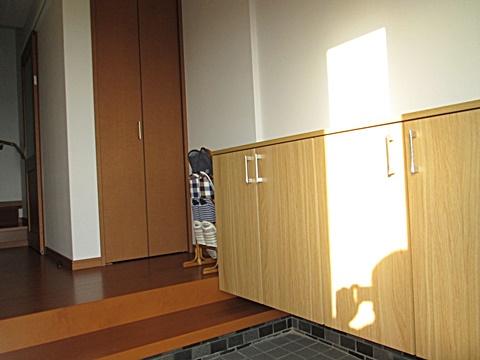 玄関は、下駄箱を取り替え可動棚の収納を設けました。