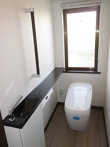 1階トイレは、2階同様タンクレストイレとカウンター式手洗で、使い勝手の良い快適な個室に生まれ変わりました。