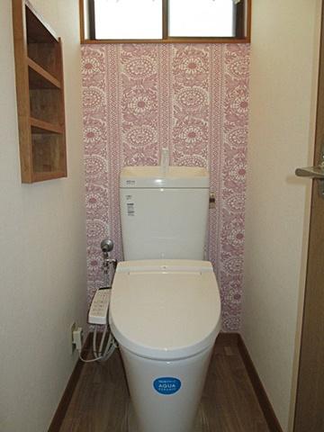 2階トイレもリフォームしました。アクセントウォールが空間に変化を与えています。トイレ機器は、使い易くお手入れのし易い最新の物です。
