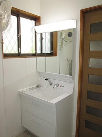 洗面化粧台は大きな洗面ボールで使い易く、収納もタップリ出来ます。側面には、不燃化粧板(アイカセラール)を貼り汚れ防止になって居ます
