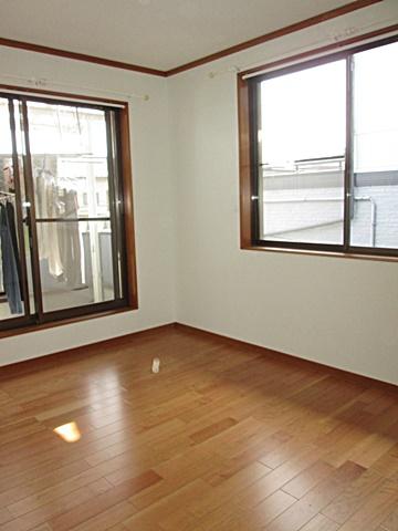 2階洋室の完成状況です。床・壁・天井共新しくなり、とても明るいお部屋に生まれ変わりました。