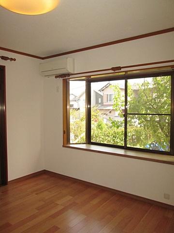 居間は、使い勝手に合わせフロアー張りの床に変更され、内装も綺麗に仕上げられました。