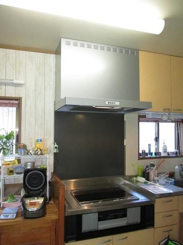 キッチンも一部リフォームをしました。IHコンロはご支給品を取り付けました。レンジフードはお手入れが楽なタイプに取り替えられました。