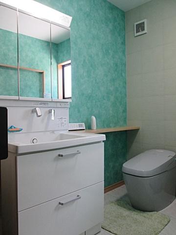 洗面・トイレ・洗濯を一部屋にまとめました。洗面化粧台はTOTO「サクア」で、大型の洗面ボールとたっぷりの収納が特長です。