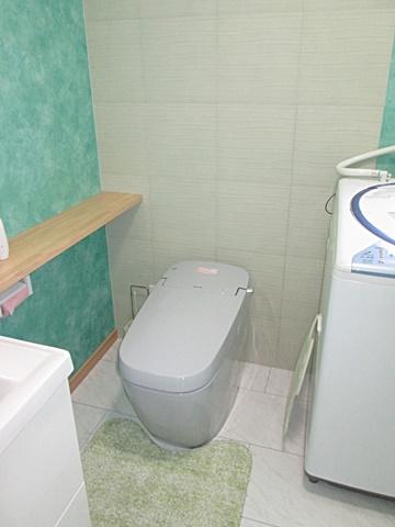 トイレは、LIXILの「サティスGタイプ」を選定されました。タンクレスでスッキリとした納まりになって居ます。背面にはエコカラットを貼り調湿・防臭機能を持たせました。
