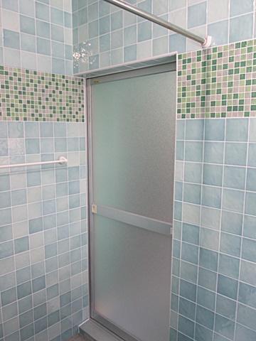 浴室全景です。モザイクタイルがとても良いアクセントになって居ます。