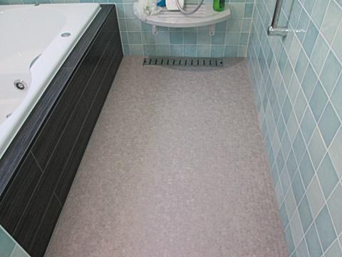 床の発泡複層ビニル床シートで、ヒヤッと感の軽減と安全性を考慮しました。