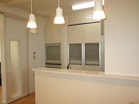 キッチン裏には家電収納とカップボードを設けました。