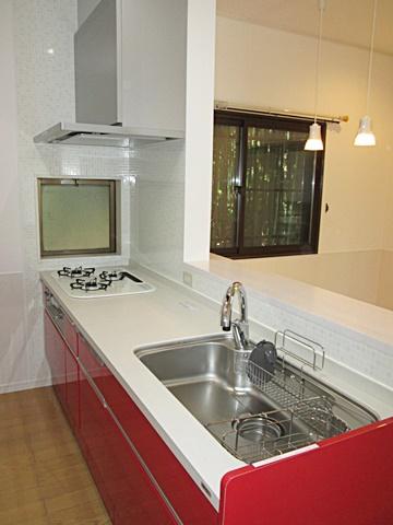 新しいキッチンは、自動水栓や床暖房を備え快適に家事を行うことが出来ます。