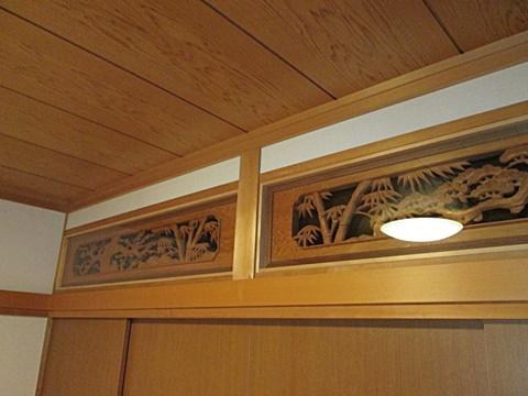 部屋の気密性アップと欄間の汚れ防止を兼ね、欄間の両面にアクリルパネルを取り付けました。