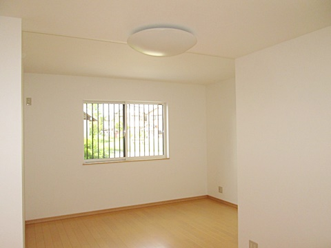 洋室の完成状況です。ホワイトを基調に明るいお部屋になりました。