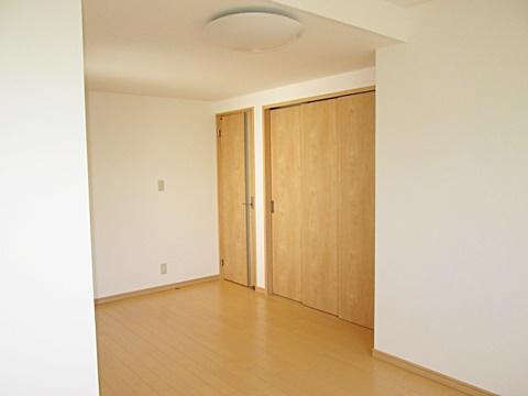 洋室出入口(左)とクローゼット(右)です。