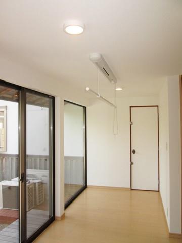 清潔感ある内装に変更した広縁には、天井に物干し金物を取り付けました。