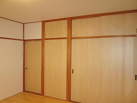 2階の和室を洋風にリフォームしました。襖をフラッシュ戸に取り替え、床板を張って、使い勝手に合わせたお部屋に生まれ変わりました。