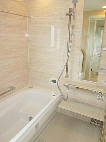 ユニットバスはTOTO サザナ「W」タイプ HGV1616UWを採用。落ち着いた印象の浴室になりました。ゆったりサイズでリラックスしてご入浴頂けます。