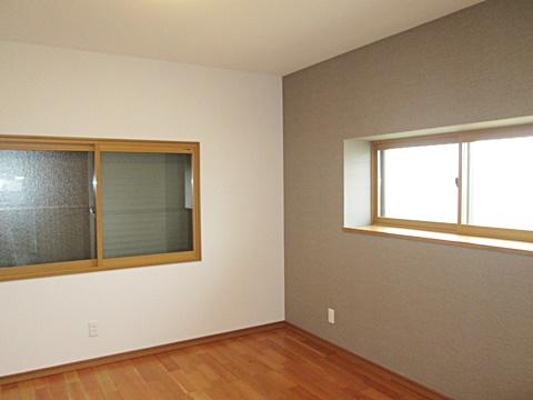 1階洋室です。窓にはすべて内窓を取り付けました。クロスの色を変えアクセントにしています。