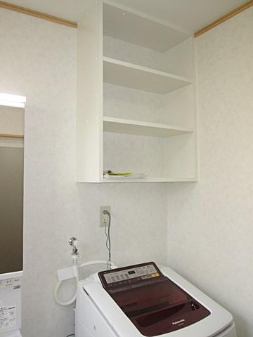 洗濯機の上に収納棚を設けスペースを有効利用しています。