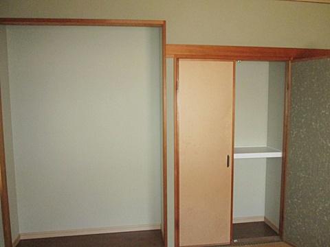 板の間の裏にトイレを移設したので押入と共に奥行きが短くなって居ます。