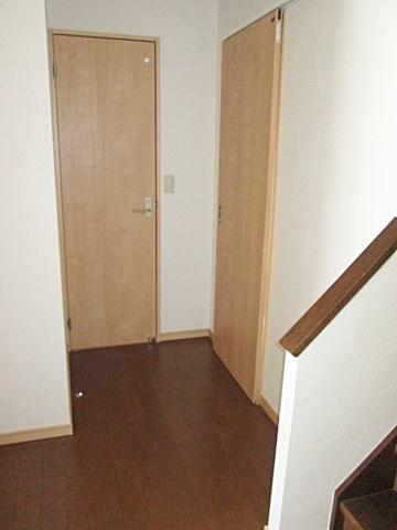 玄関ホールからトイレ(左)、洗面所(右)の入り口を見た所です。使い勝手に合わせ間取りを変更し快適にご利用頂ける様になりました。