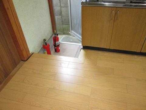キッチンの床をリフォームしました。既設を剥がし断熱材を充填後、捨て張り用のベニヤと仕上げのフロアーを張りました。